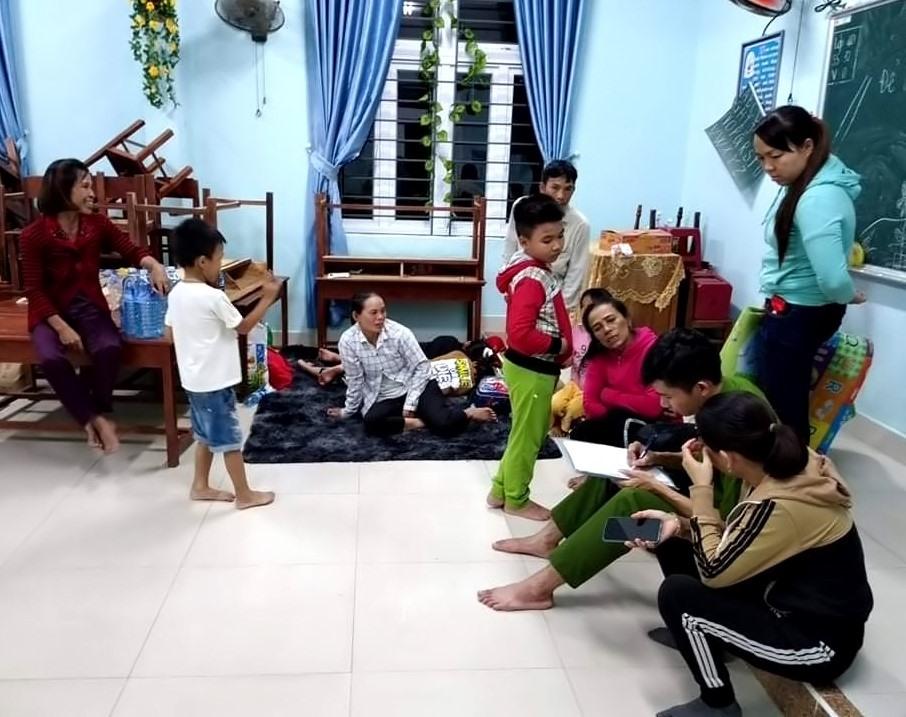 Người dân xã Duy Hải (Duy Xuyên) được di dời đến trường học kiên cố. Ảnh: T.P