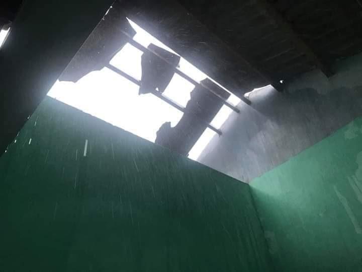 Mái nhà của một người dân ở xã Bình Đào bị tốc do gió bão. Ảnh: CTV