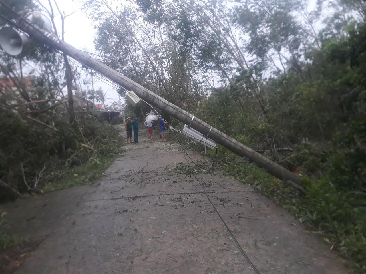 Một cây trụ điện tại xã Bình Sa bị ngã. Ảnh: M.TÂN