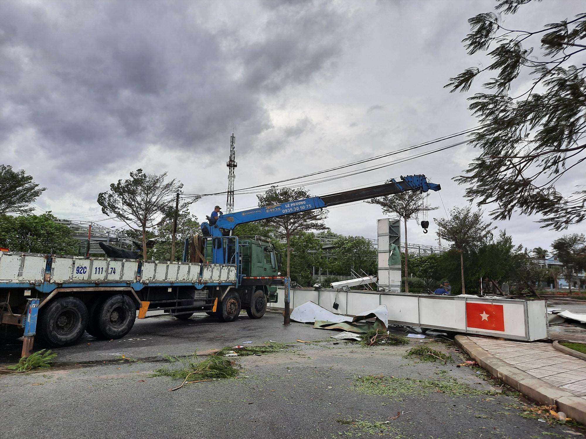 Cổng chào trung tâm huyện Núi Thành bị sập, hư hỏng hoàn toàn. Ảnh: Đ.ĐẠO