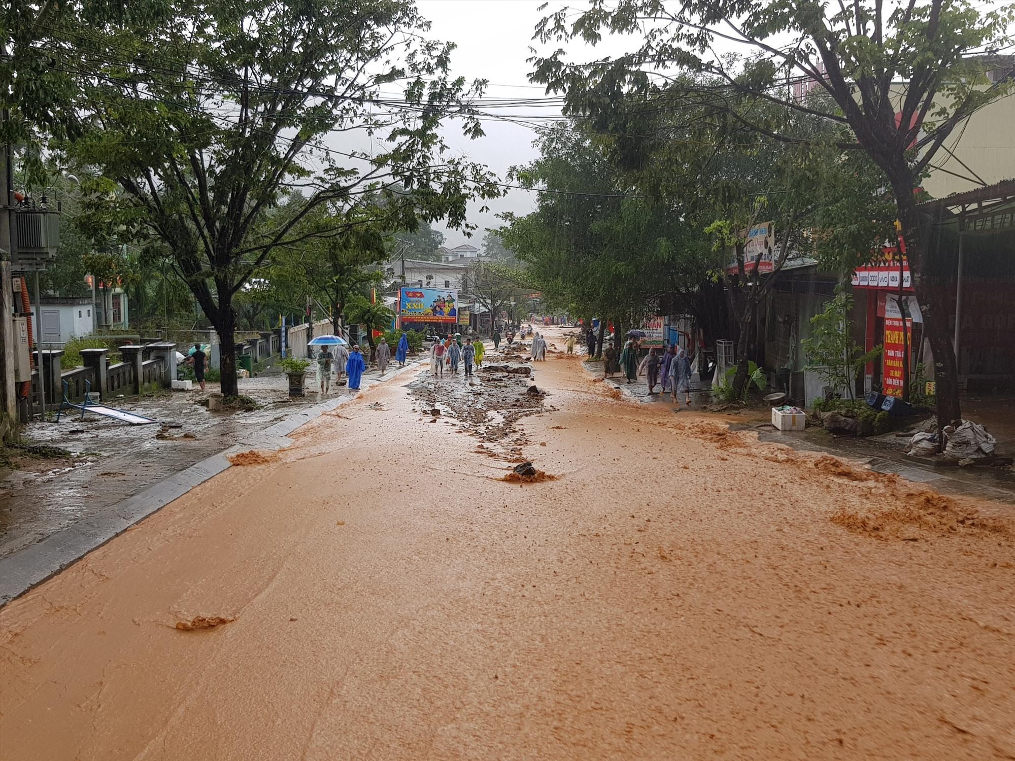 Vụ sạt lở khiến đất đất tràn xuống đường, khoảng 100 hộ dân bị ảnh hưởng. Ảnh:H.THỌ