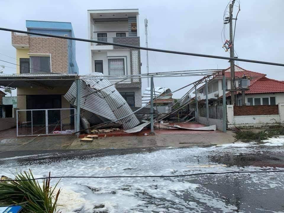 Sóng lớn tràn vào đến nhà dân ở xã Tam Thanh (TP.Tam Kỳ). Ảnh: CTV