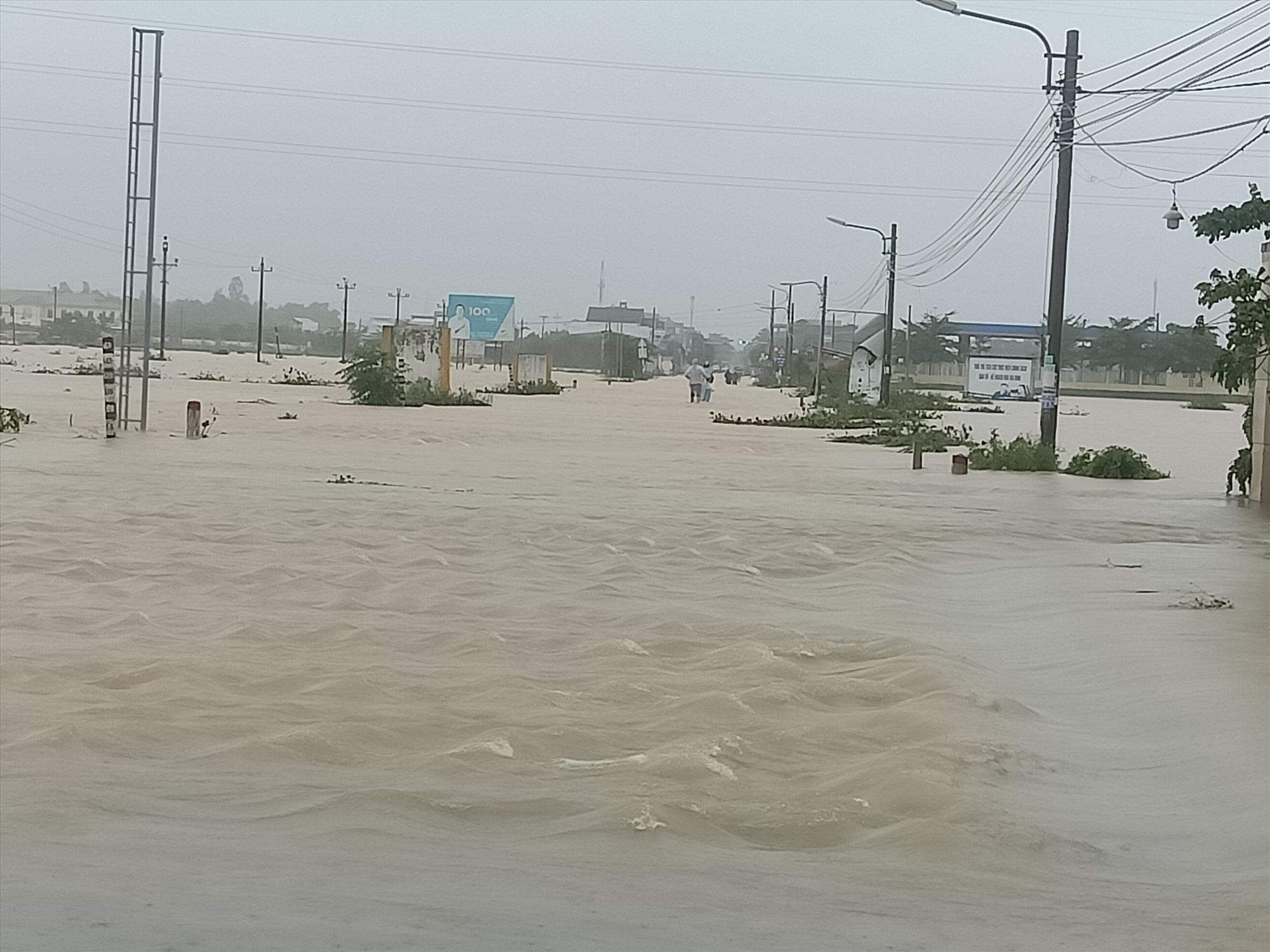 Nước tràn qua Tỉnh lộ ĐT 609B. Ảnh: H.L
