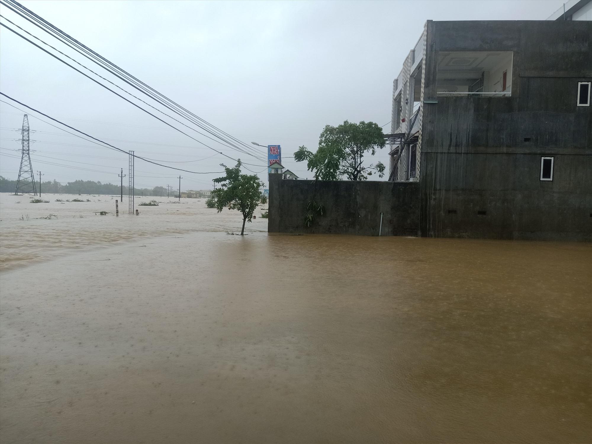 Nhiều nhà dân trên tuyến Tỉnh lộ ĐT 609B qua Đại Hòa đã ngập sâu. Ảnh: H.L