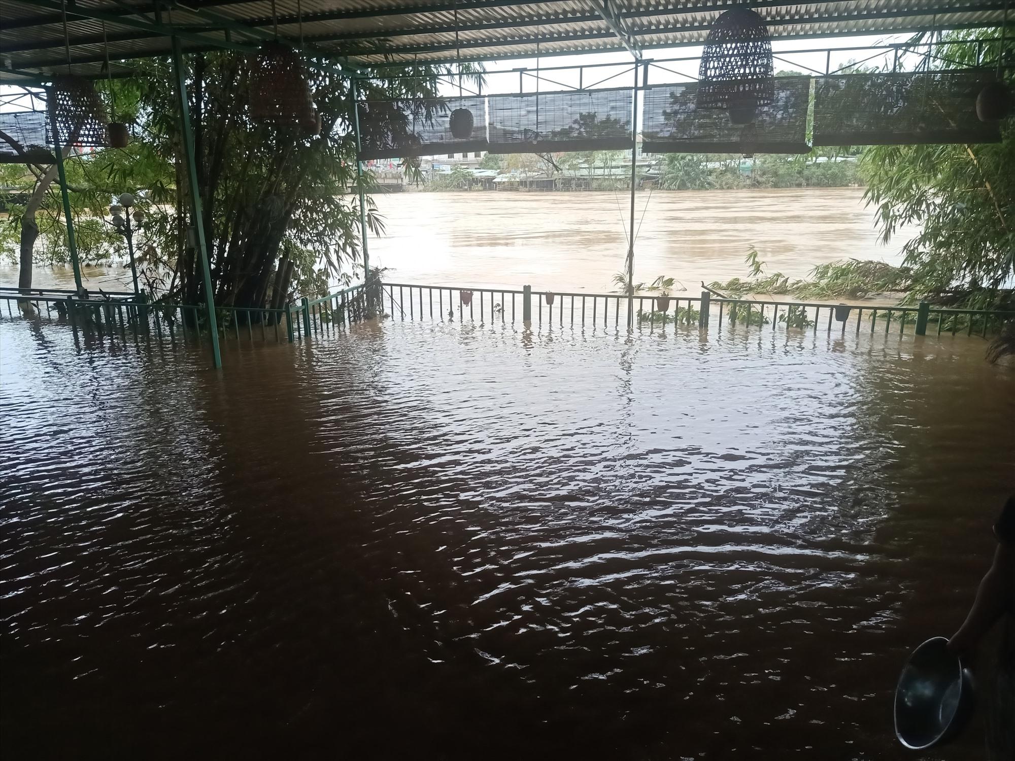 Nước đã tràn lên quán cà phê sát sông Vu Gia tại Ái Nghĩa. Ảnh: HOÀNG LIÊN
