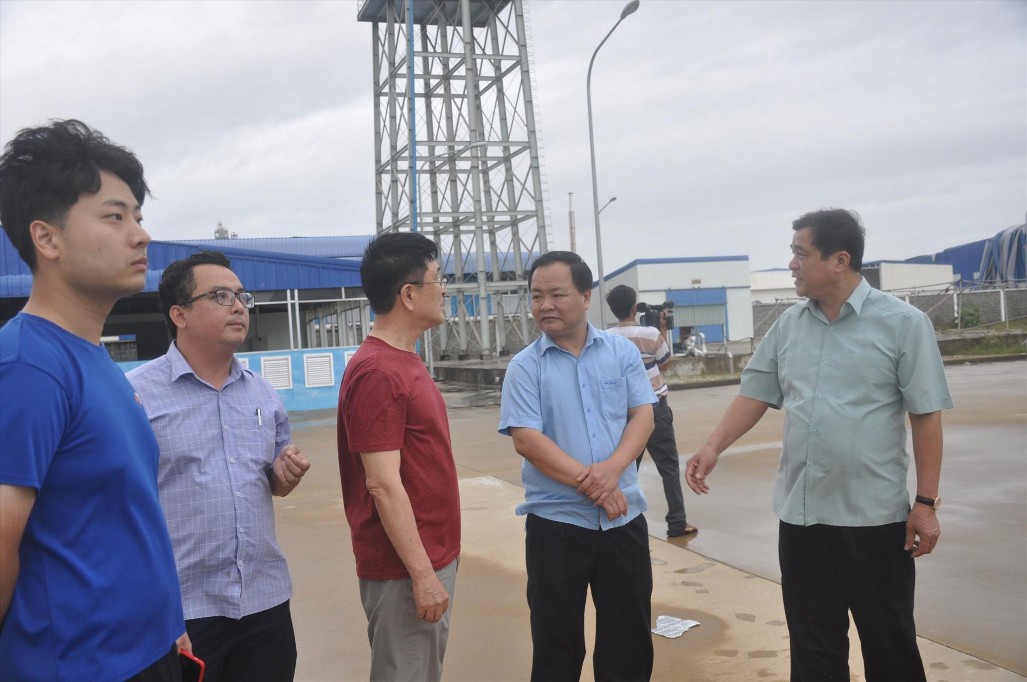 Bí thư Tỉnh ủy Phan Việt Cường thăm hỏi, động viên đại diện lãnh đạo nhà máy Panko (Tam Thăng) sau bão. Một nhà xưởng của doanh nghiệp này bị tốc mái gần như hoàn toàn do bão số 9. Ảnh: N.Đ