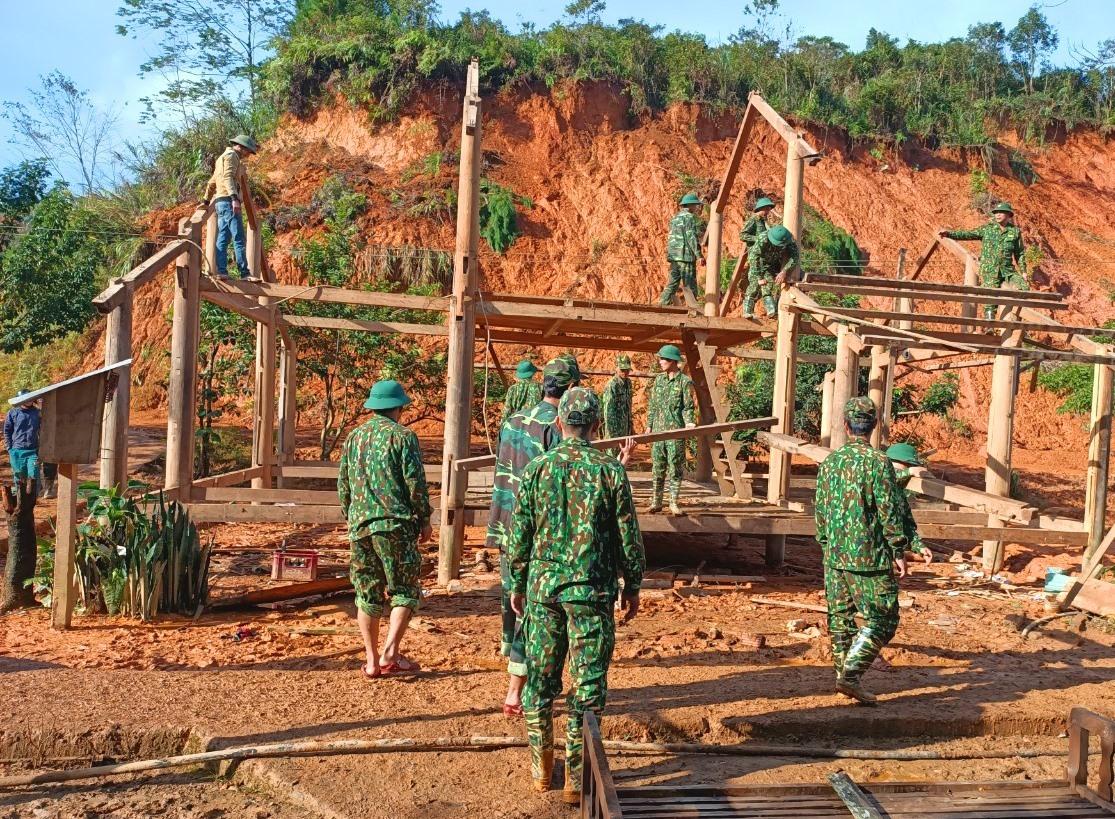 Đồn Biên phòng A Nông (Tây Giang ) phối hợp với địa phương dựng lại nhà cho người dân sau bão. Ảnh: VĂN VINH