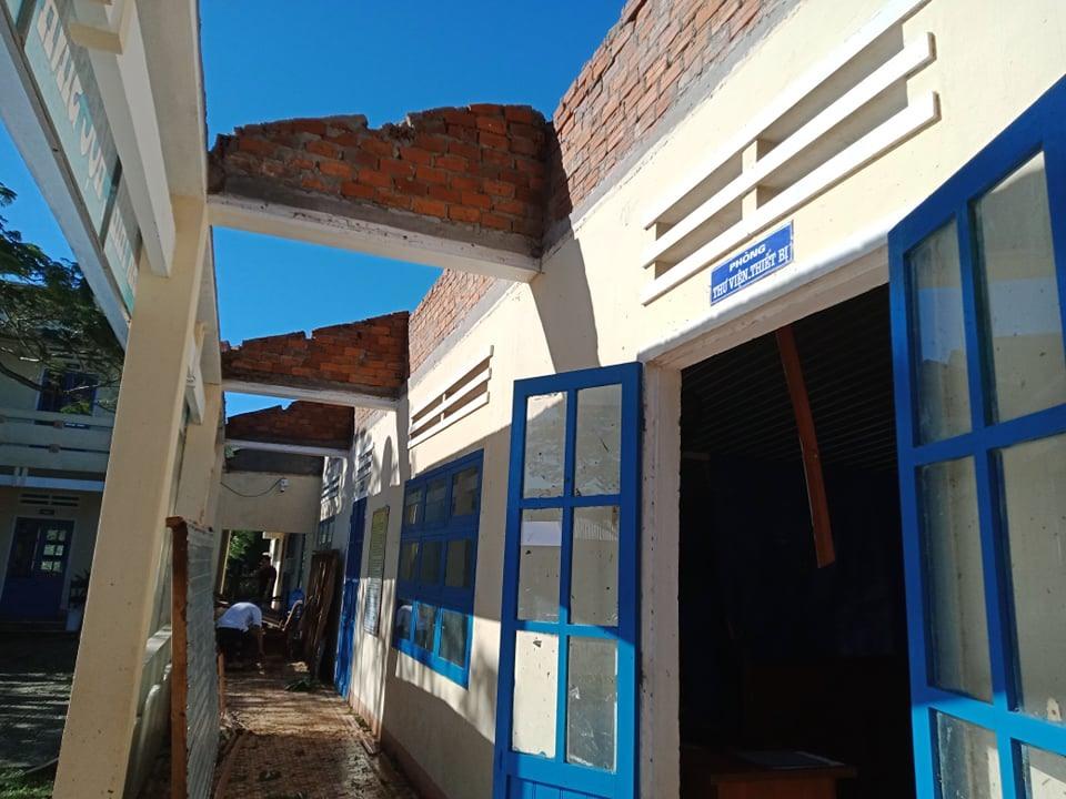 Dãy phòng chức năng ở Trường Tiểu học Kim Đồng bị tốc mái.