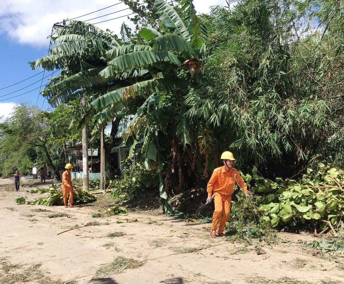 Nhân viên ngành điện đang tích cực khôi phục đường dây để sớm cấp điện tại Nông Sơn. Ảnh: MINH TÂM