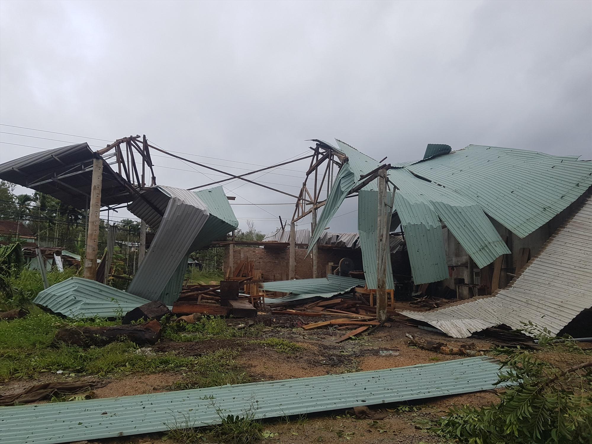 Bão số 9 làm tốc mái, hư hỏng 2.000 nhà trên địa bàn huyện Tiên Phước. Ảnh: DIỄM LỆ