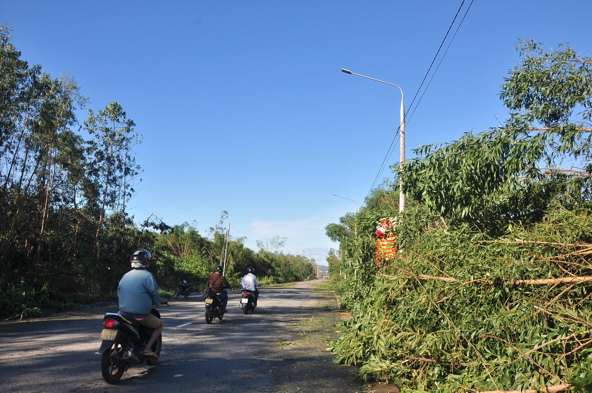 Tuyến Tam Kỳ - Phú Ninh đã thông tuyến trong sáng nay nhờ sự nỗ lực của các lực lượng. Ảnh: VINH ANH