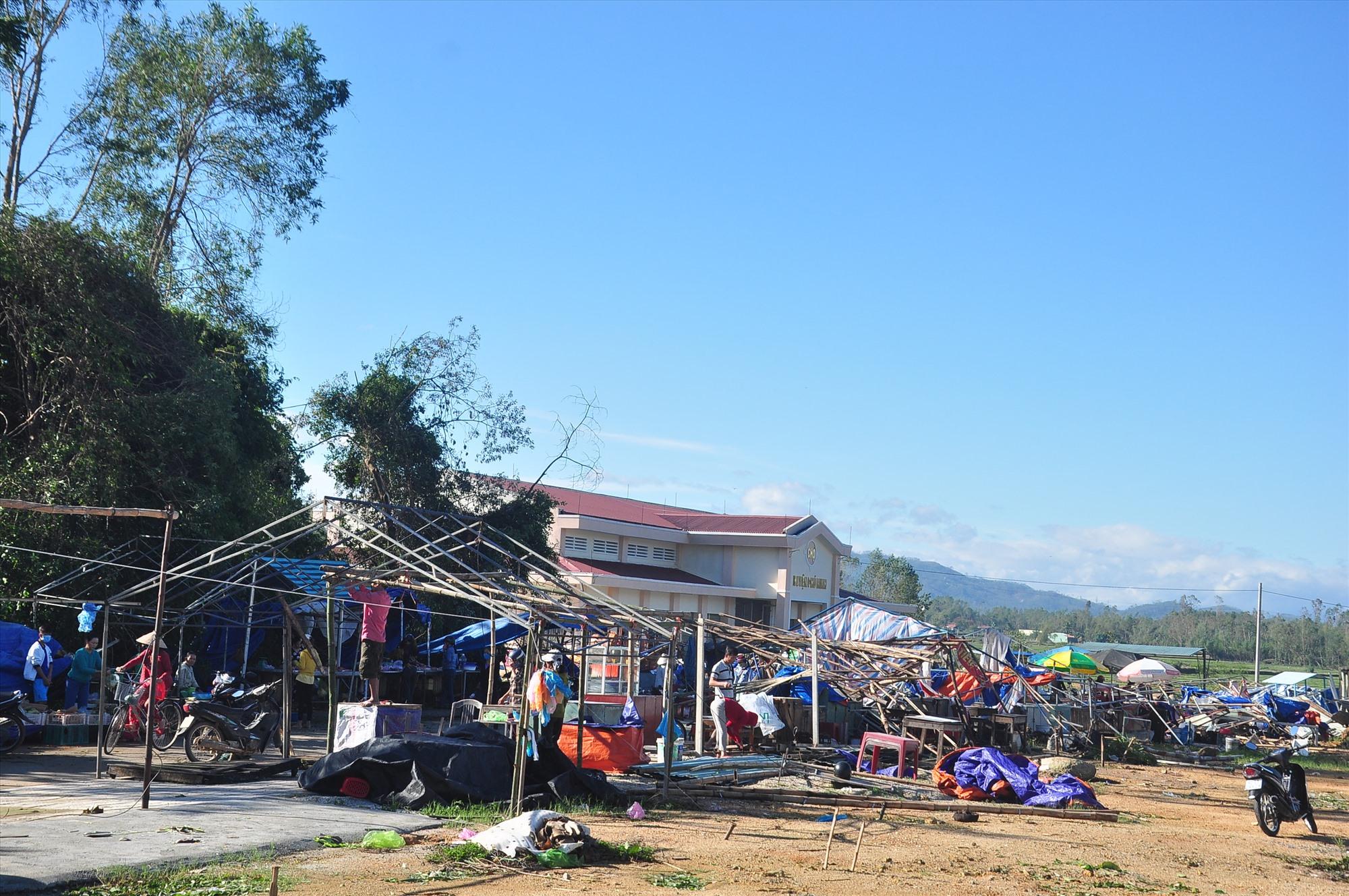 Khung cảnh tan hoang tại khu vực chợ Phú Thịnh (thị trấn Phú Thịnh, huyện Phú Ninh). Nhiêu ki ốt xung quanh chợ bị tốc mái, đổ sập. Ảnh: VINH ANH