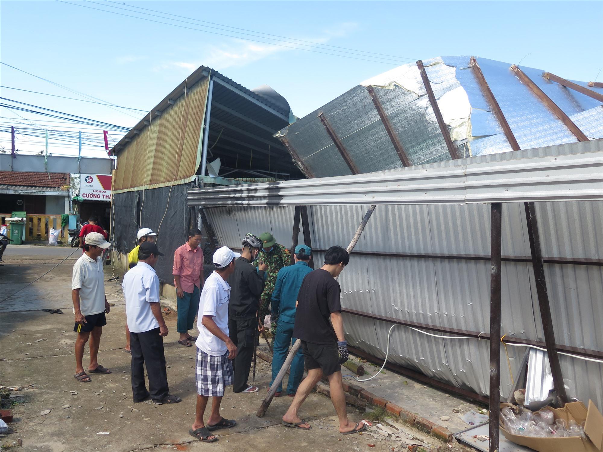 Bộ đội Biên phòng phối hợp với lực lượng vũ trang địa phương và người dân khắc phục hậu quả bão số 9. Ảnh: XUÂN HIỀN