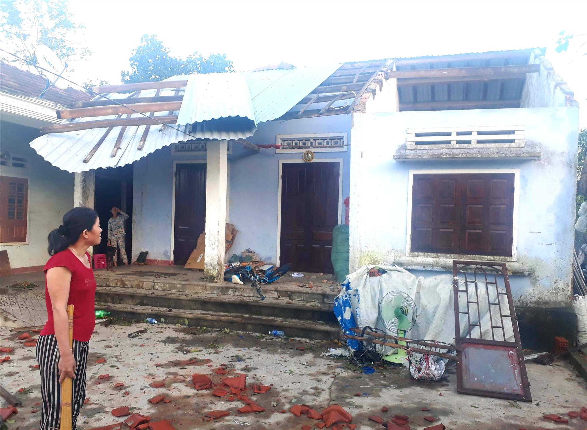 Bão làm hư hỏng, tốc mái nhiều nhà dân ở Quế Sơn. Ảnh: S.T
