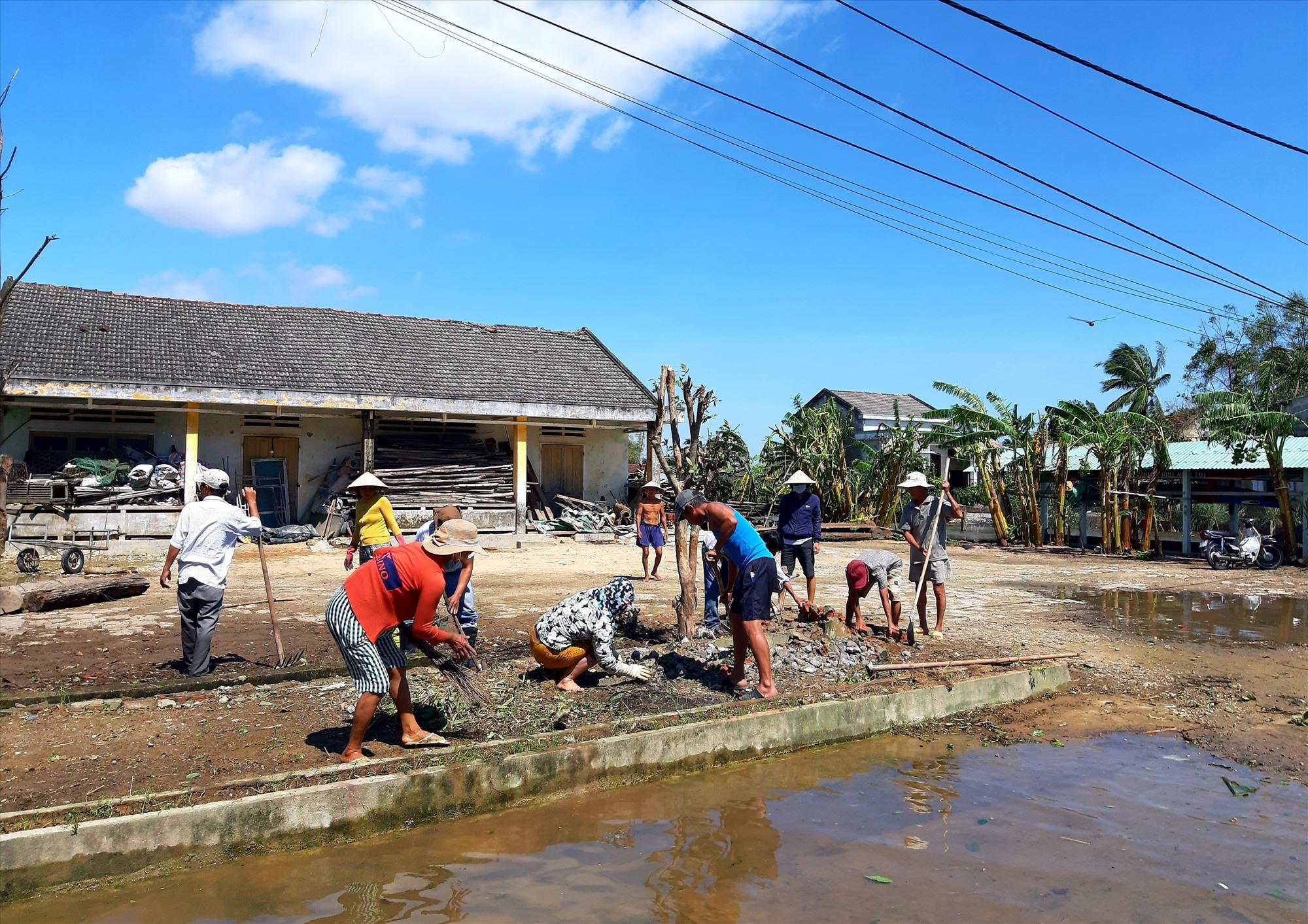 Nhân dân nhiều địa phương của huyện Quế Sơn ra quân dọn vệ sinh sau bão. Ảnh: S.T
