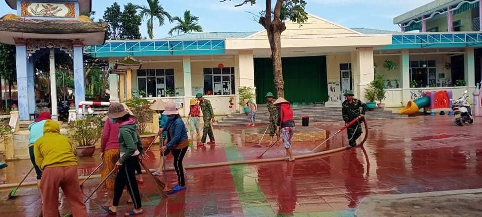 Đại Lộc tập trung hỗ trợ các trường học dọn dẹp vệ sinh môi trường để sớm ổn định việc dạy học trở lại. Ảnh: H.L