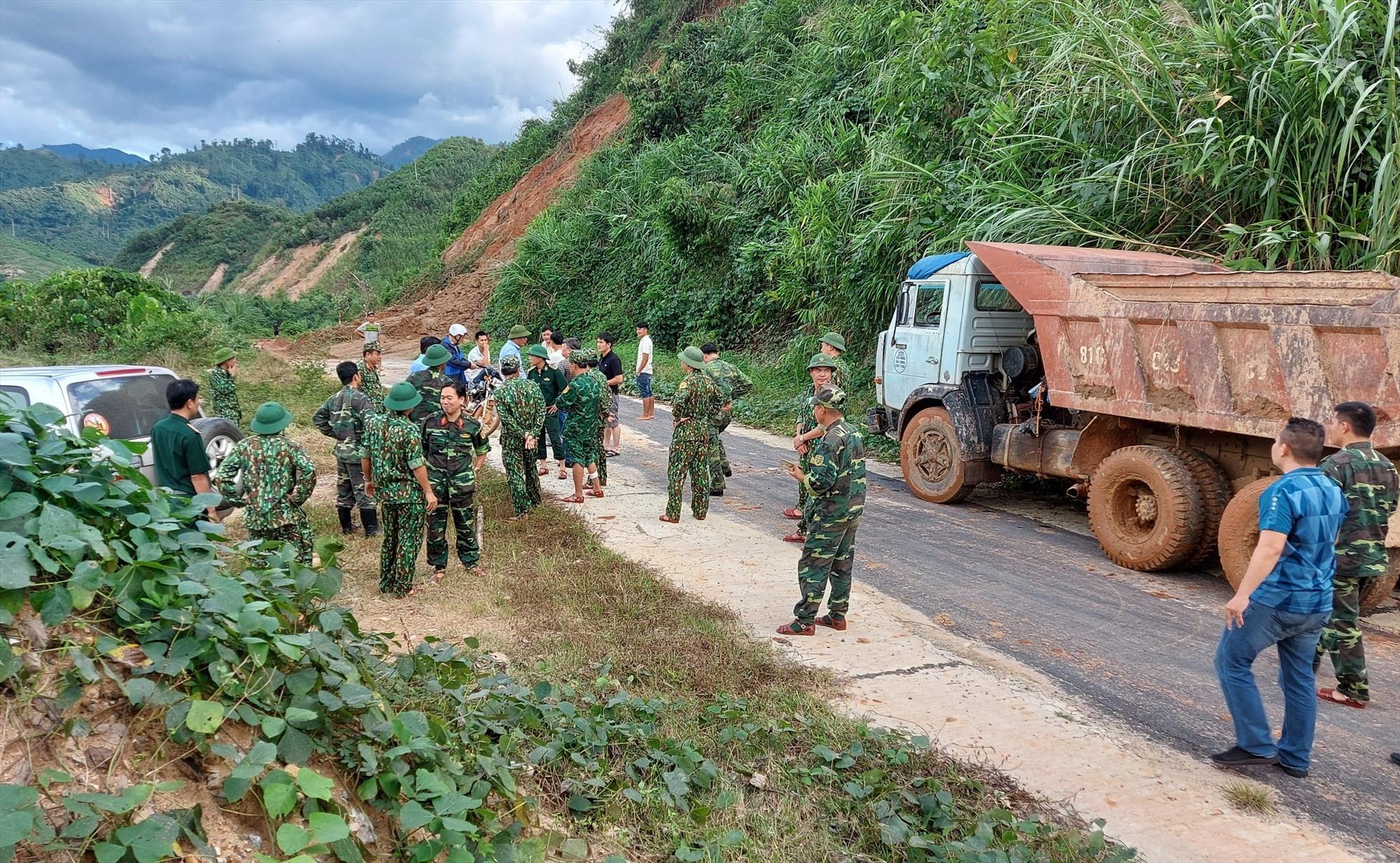 Đoàn công tác của tỉnh và các lực lượng bàn phương án nhanh nhất có thể để sớm tiếp cận hiện trường.