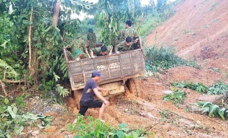 Xe tải 3 cầu chỡ Trung đội TKCN của BĐBP tỉnh bị mắc kẹt