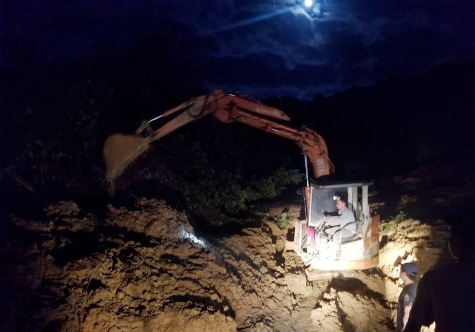 công nhân làm việc xuyên đêm để cố gắng thông đường.