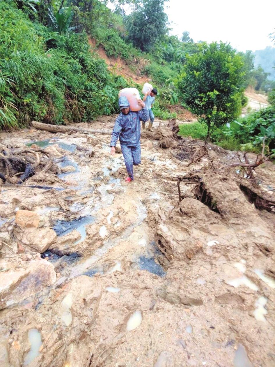 Vận chuyển nhiên liệu lên trạm BTS ở huyện Nam Giang để chạy máy nổ khôi phục thông tin liên lạc sau bão do mất điện. Ảnh: CTV