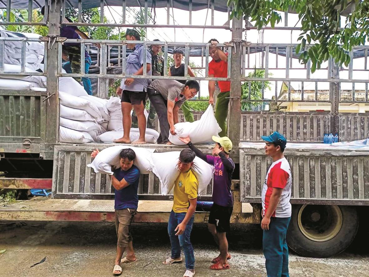 Thanh niên Tây Giang vận chuyển gạo tiếp tế, cứu trợ bão lụt để cấp phát cho người dân sau thiên tai. Ảnh: CTV