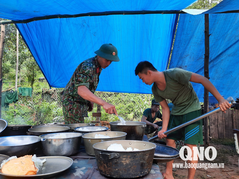 Lực lượng hậu cần chuẩn bị bữa ăn đảm bảo dinh dưỡng cho chiến sĩ đủ sức khỏe tham gia tìm kiếm.