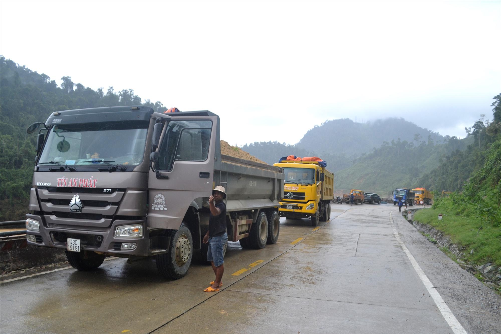 Xe tải chở đất cỡ lớn được huy động. Ảnh: CT