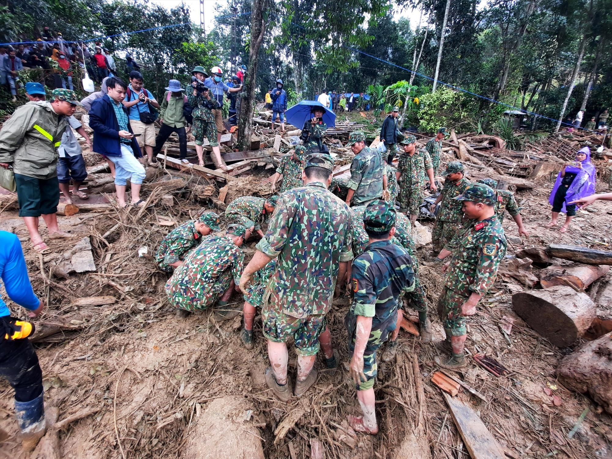 Tất cả cùng xúm lại hỗ trợ nhau trong thời điểm mưa rừng xuất hiện. Ảnh: P.V