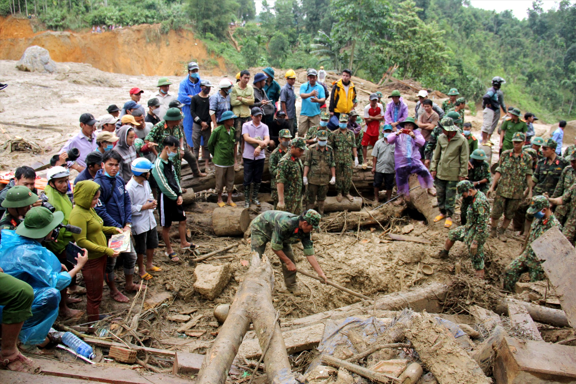 Rất đông người dân theo dõi lực lượng cứu hộ tìm kiếm cácn nạn nhất mất tích. Ảnh: P.V