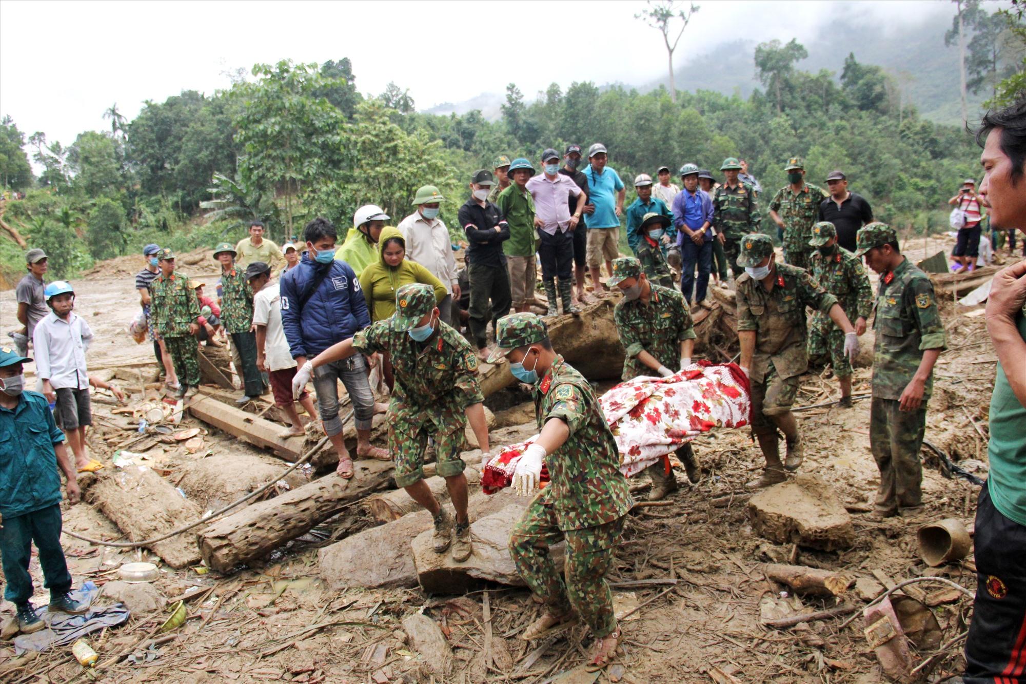 Với sự nỗ lực của lực lượng cứu hộ, những thi thể nạn nhân mất tích dần được tìm thấy, phần nào ai ủi nỗi đau của gia đình gặp nạn. Ảnh: P.V