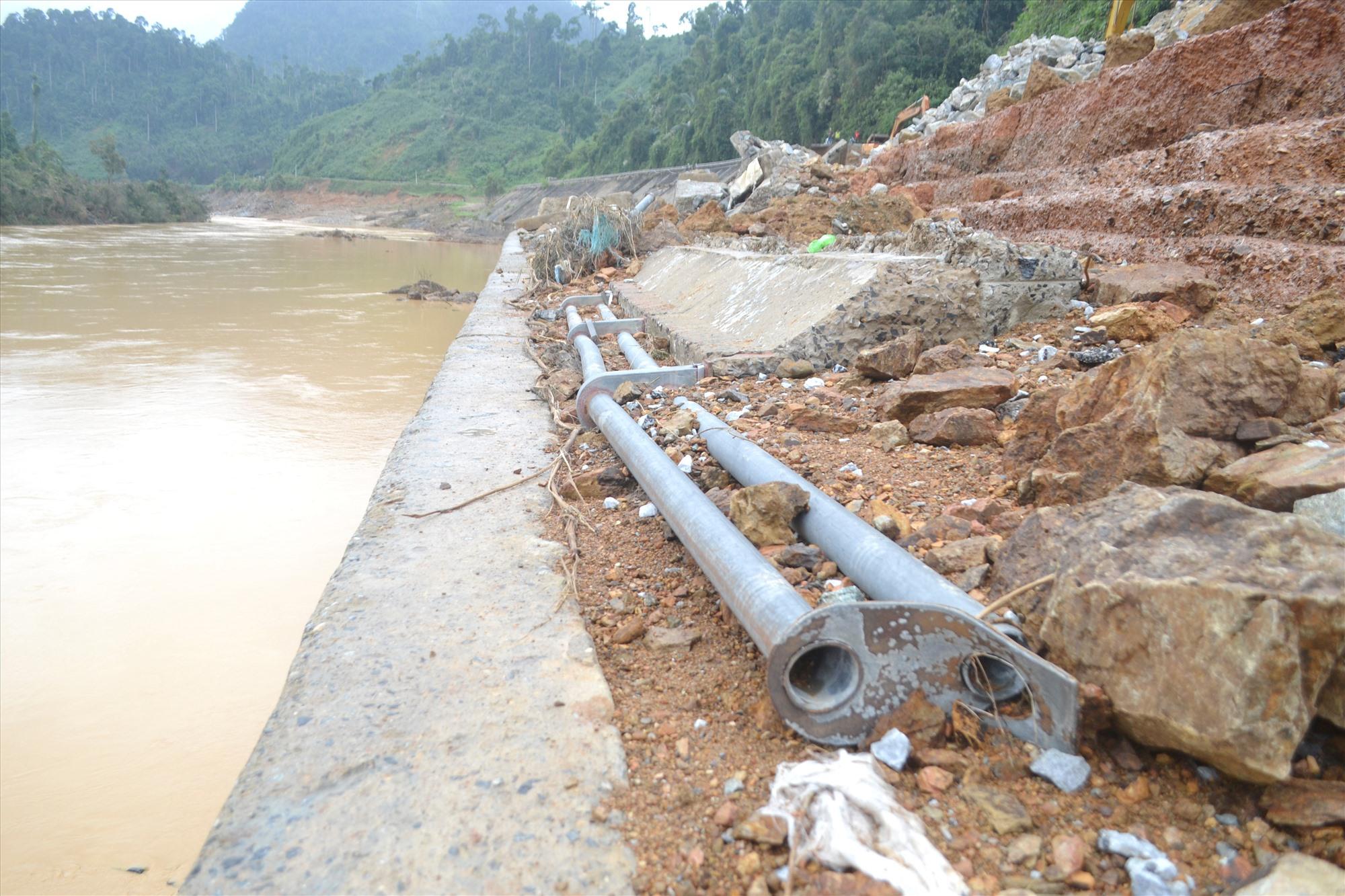 Kè mái taluy âm và lan can tường chắn lý trình km1353+800 - km1354+000, đường Hồ Chí Minh bị xói lở nặng nề. Ảnh: CT