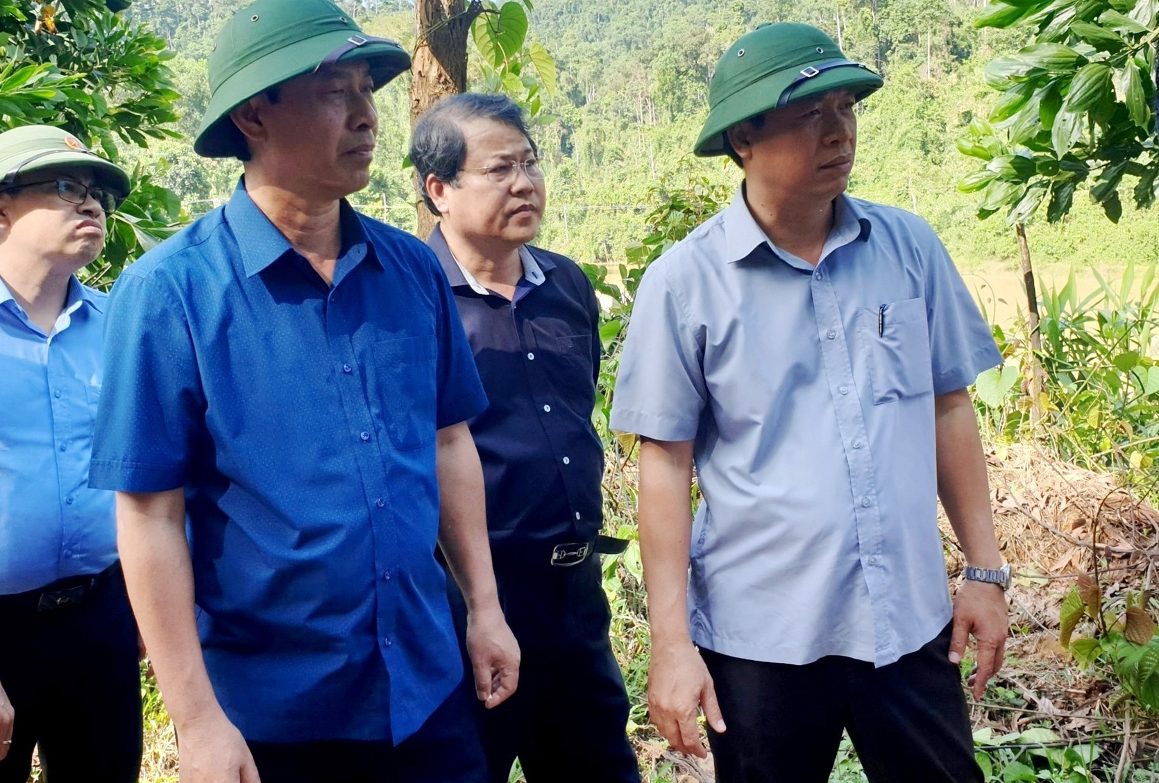 Thứ trưởng Bộ GTVT Lê Đình Thọ (hàng đầu bên trái) và lãnh đạo UBND tỉnh kiểm tra, chỉ đạo khắc phục thông tuyến QL40B. Ảnh: C.T