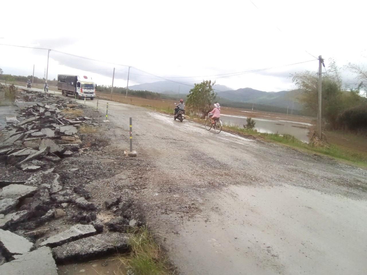 Hư hỏng nền, mặt đường dẫn phía tây cầu Ngọc (xã Đại Hiệp, Đại Lộc) đã được sửa chữa tạm thời để đảm bảo lưu thông trên tuyến ĐT609B. Ảnh: CT