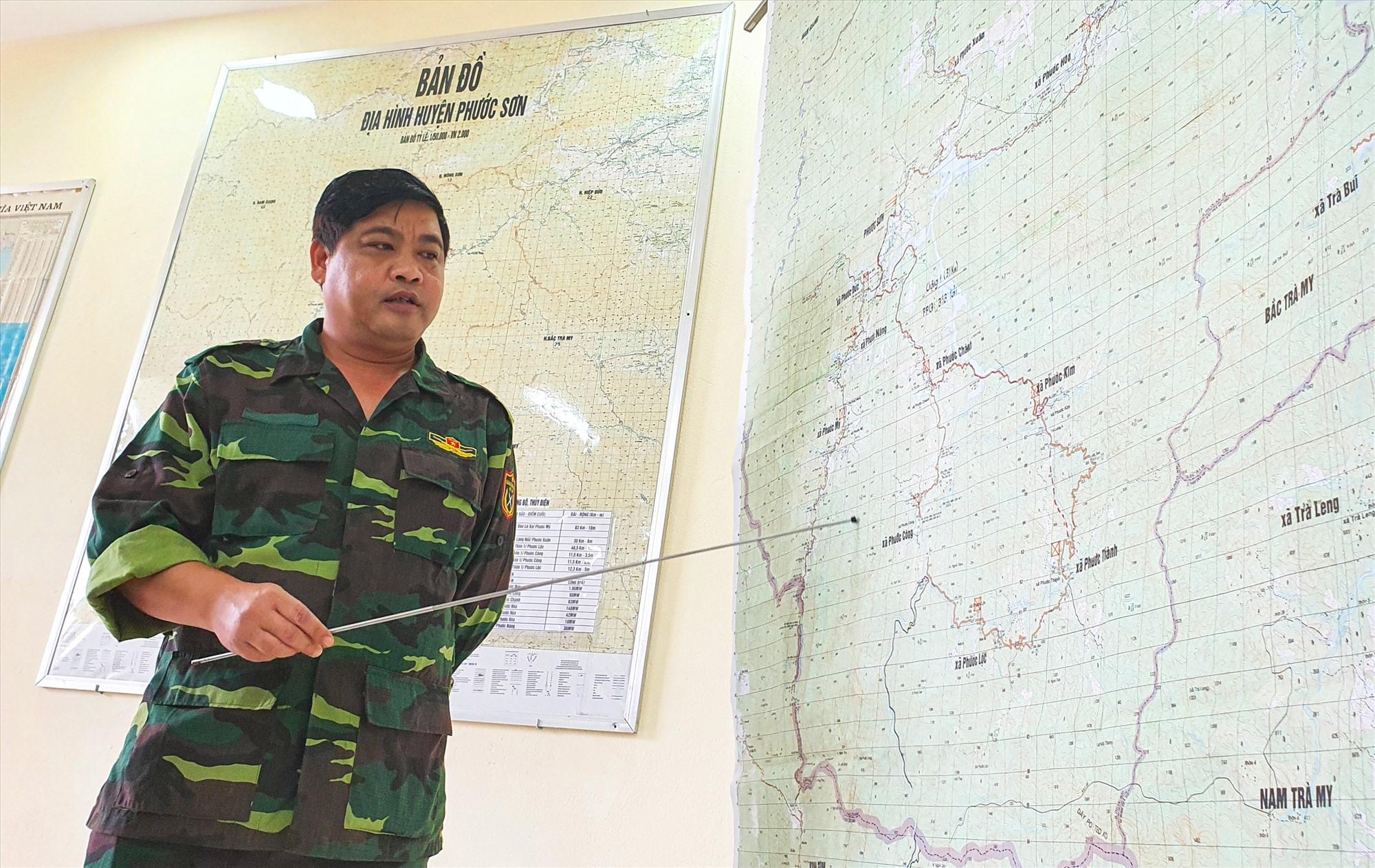Trưởng Ban Nội chính Tỉnh ủy Nguyễn Mạnh Hà nêu phương án dùng lực lượng tại chỗ gùi cõng lương thực thực phẩm và đưa vào các xã cô lập bằng ròng rọc. Ảnh: T.C