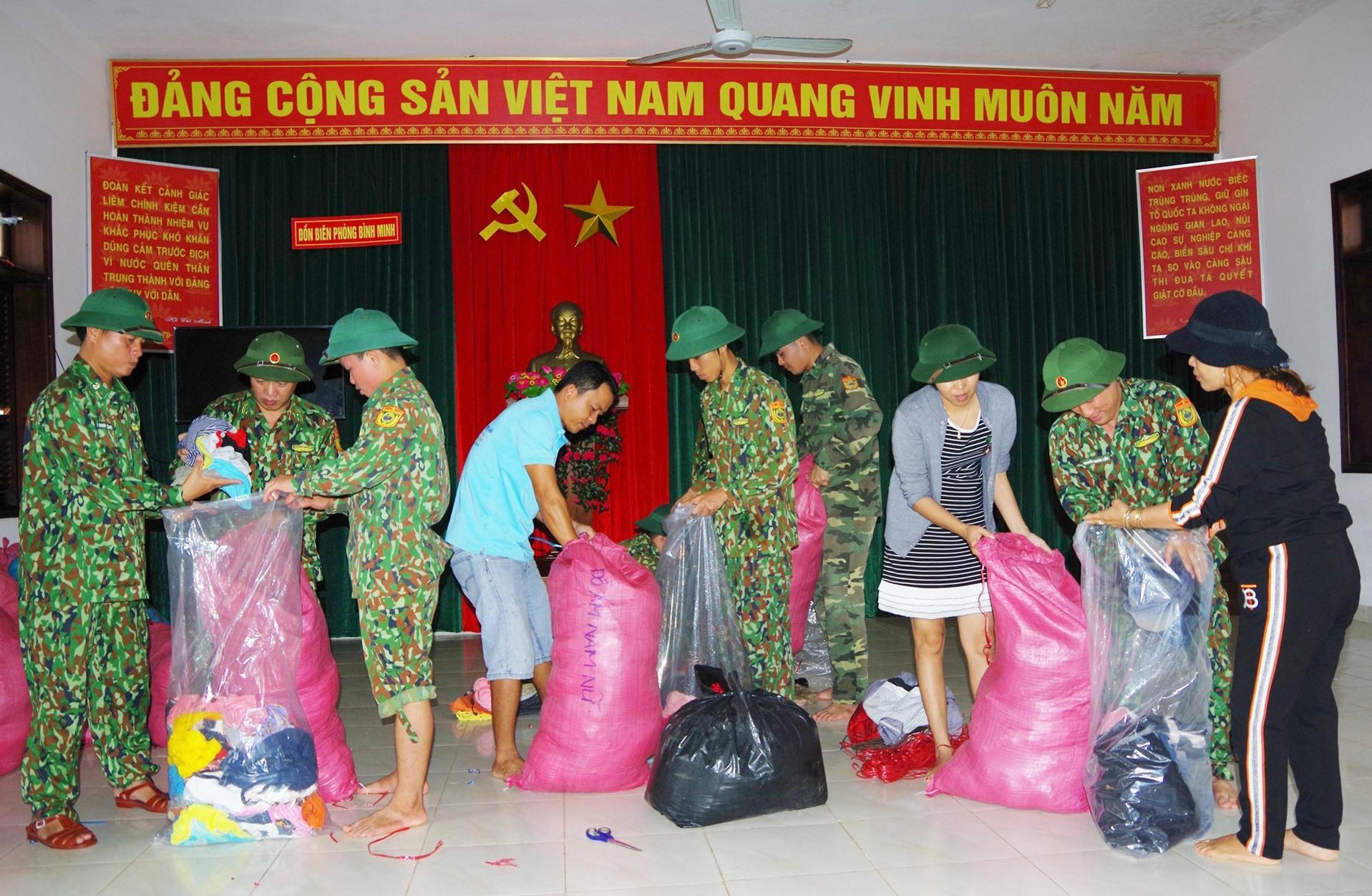 Đồn Biên phòng Bình Minh và nhân dân xã Bình Minh đóng góp quần áo gửi nhân dân 2 xã Phước Lộc, Phước Thành (huyện Phước Sơn). Ảnh: HỒNG ANH