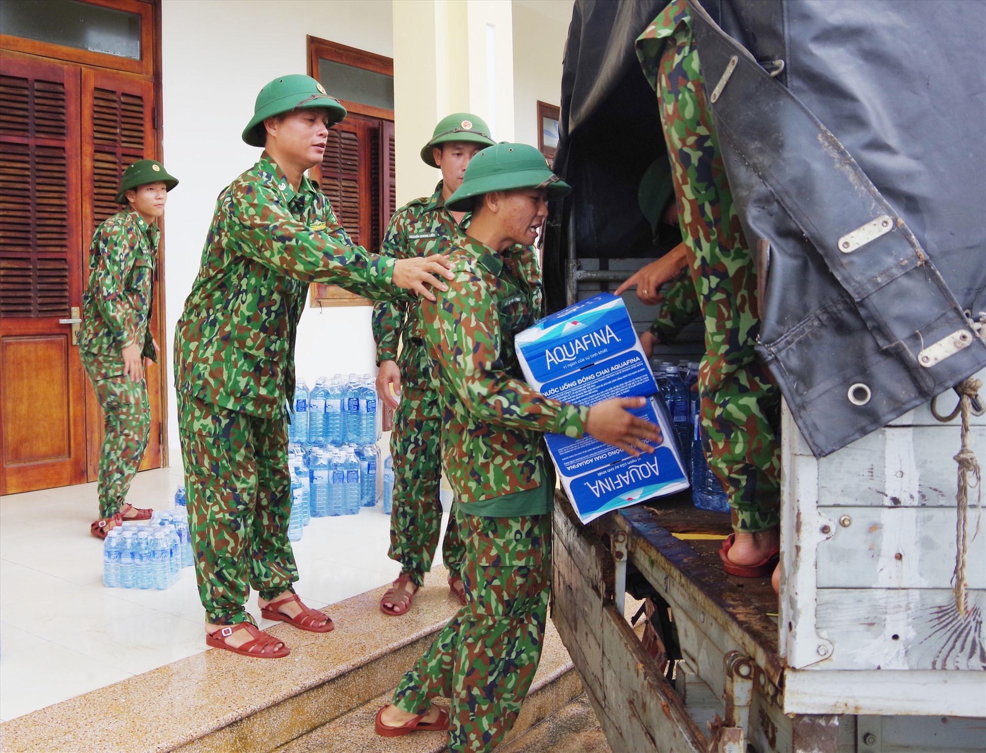Vận chuyển lương thực, nhu yếu phẩm đến người dân 2 xã Phước Lộc và Phước Thành. Ảnh: HỒNG ANH