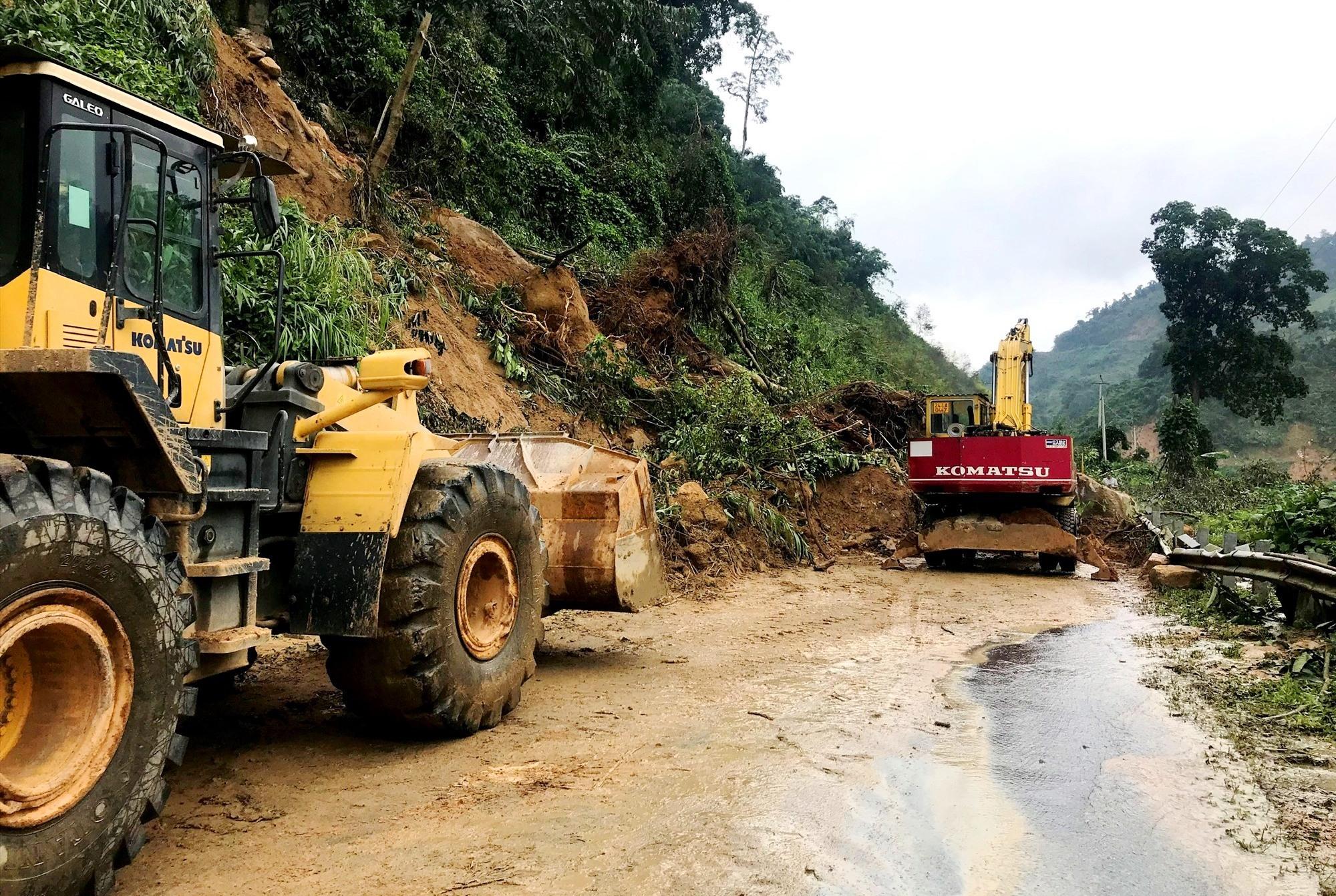 Công ty CP Xây dựng giao thông Quảng Nam khắc phục đảm bảo giao thông bước một tại km122+900, tuyến QL40B qua xã Trà Don (Nam Trà My). Ảnh: CT