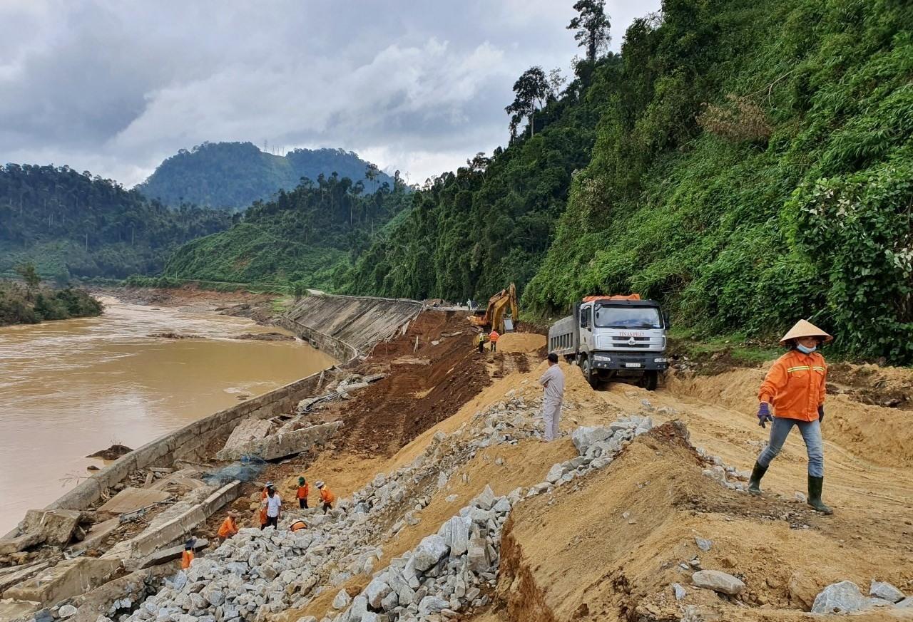 Tiến độ khắc phục đứt đường Hồ Chí Minh tại lý trình km1353+800 - km1354+000 diễn ra khả quan. Ảnh: CT