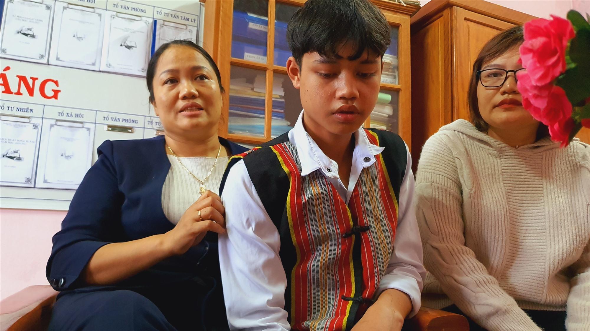Cô hiệu trưởng Phạm Thị Thứ (ngoài cùng bên trái) nói, trường học giờ là nhà của các em, và thầy cô cũng là người thân của các em trong thời gian sắp tới. Ảnh: T.C