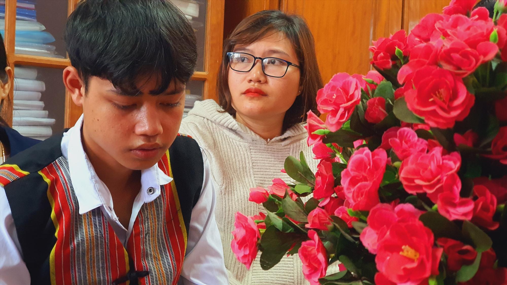 Hồ Văn Lan, học sinh lớp 10/2 trường PTDT Nội trú Phước Sơn. Bên cạnh em là cô giáo Hồ Thị Thùy Dung. Ảnh: T.C