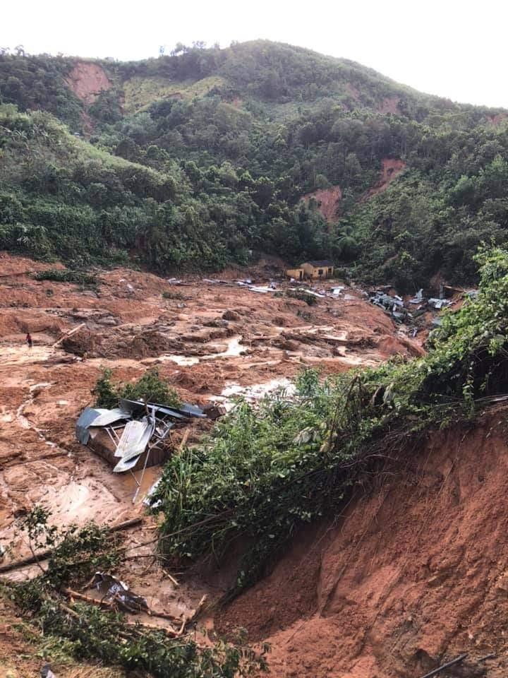 Nhà của cô giáo Dung giờ bị vùi trong đống đổ nát này. Căn nhà vừa được dựng, vợ chồng cô Dung chưa một ngày nào được ở trong nhà mới. Ảnh: H.V.P