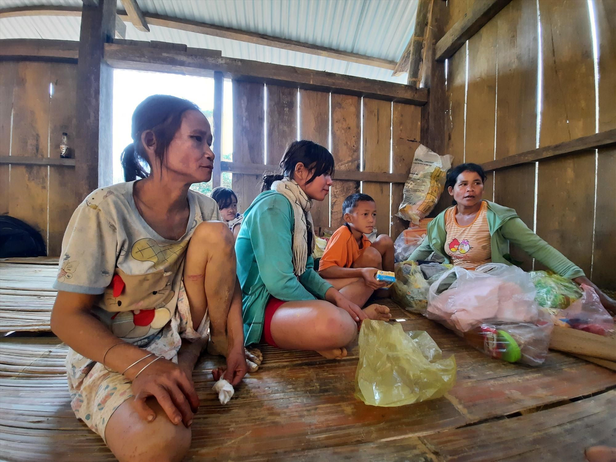 Bà Niên (ngoài cùng bên trái) cùng 3 người trong gia đình may mắn thoát nạn. Ảnh: PV