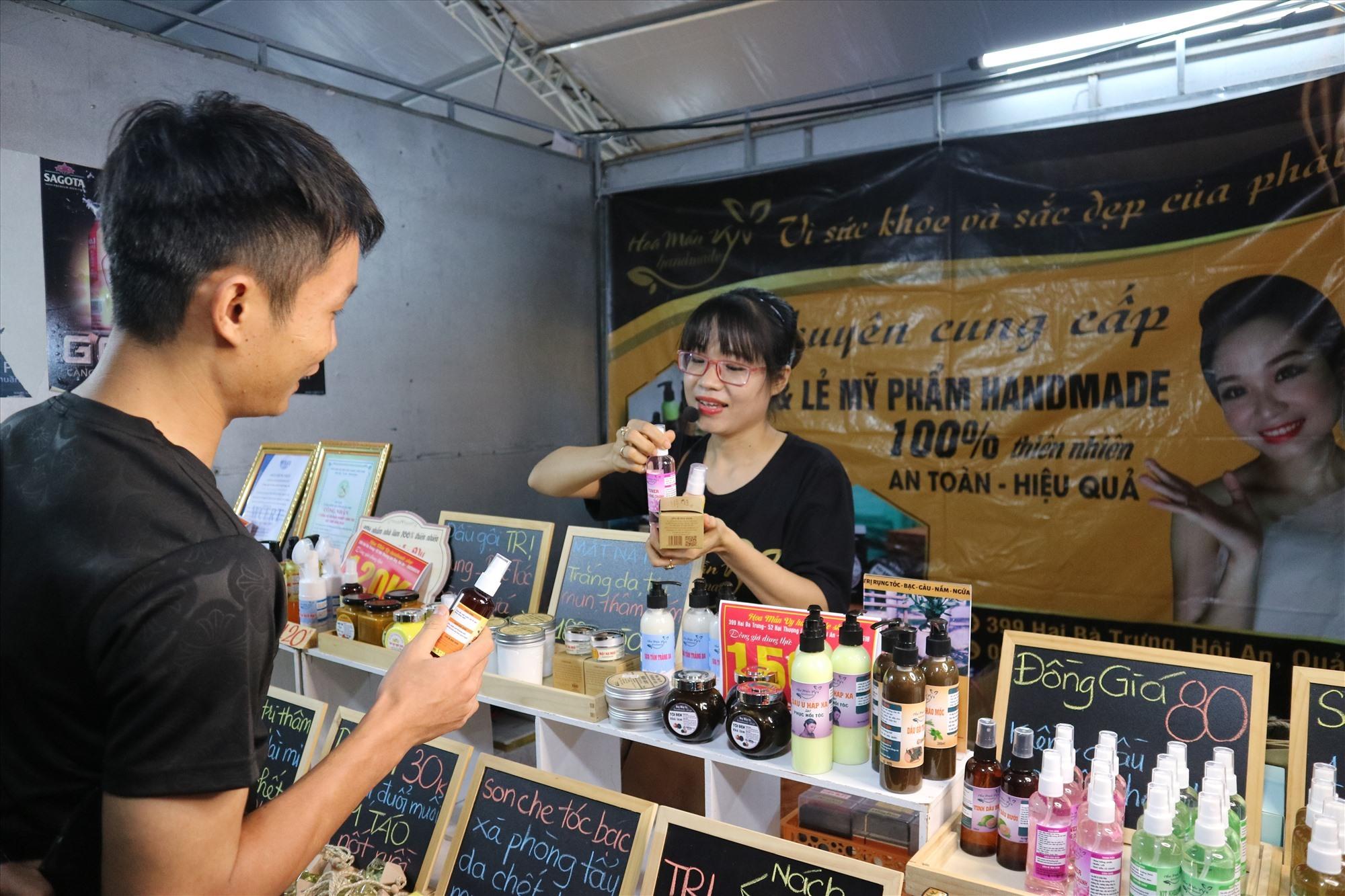 Sản phẩm OCOP -mỹ phẩm từ thiên nhiên Hoa Mẫn Vy (Hội An) đón nhận nhiều phản hồi tích cực tại đêm khai mạc hội chợ. Ảnh: X.H