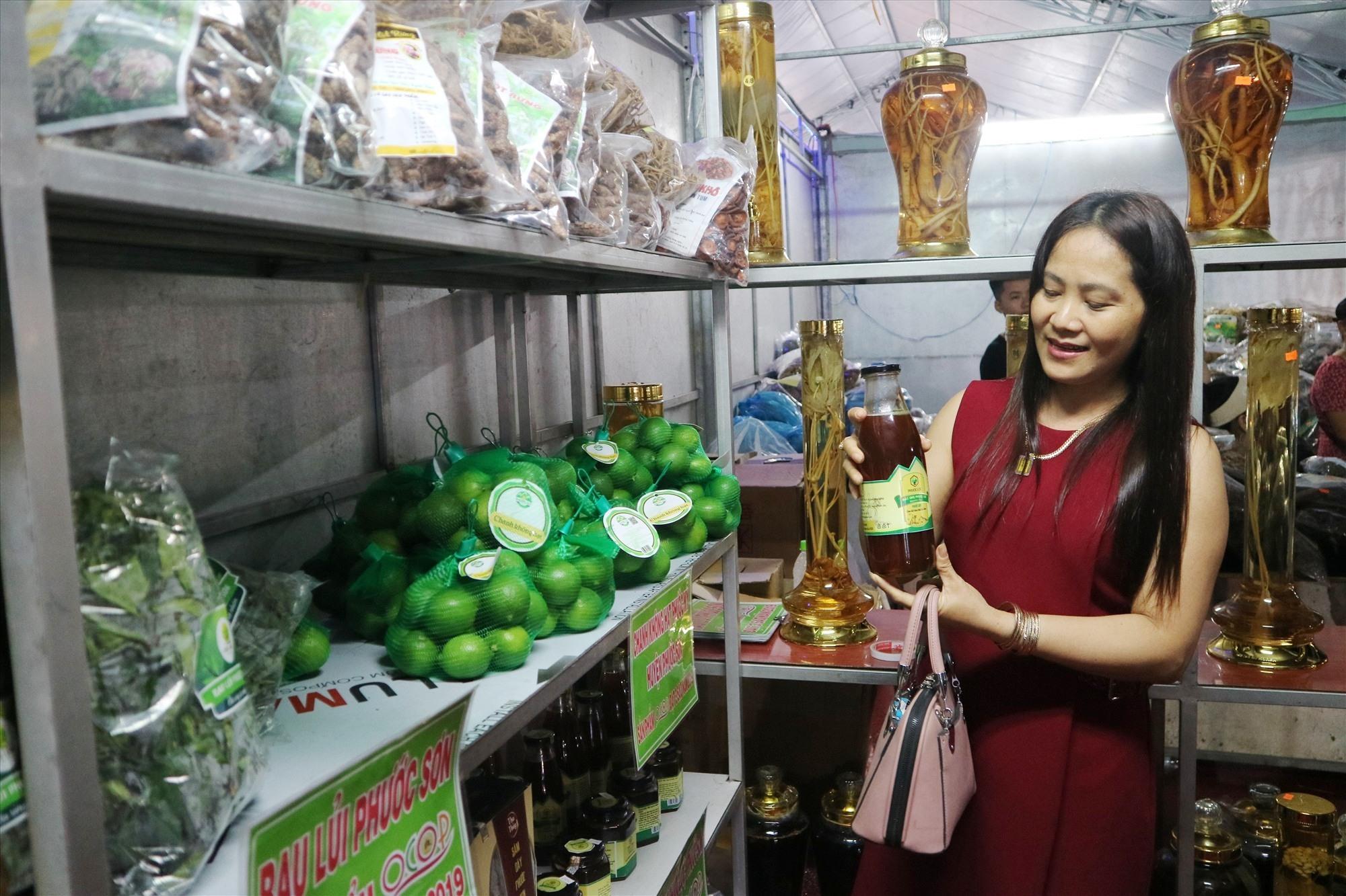Sản phẩm đặc trưng của địa phương được mang đến hội chợ. Trong ảnh, các dòng sản phẩm từ đề án phát triển cây dược liệu của Phước Sơn, cũng là sản phẩm được công nhận OCOP cấp tỉnh giới thiệu tại hội chợ. Ảnh: X.H