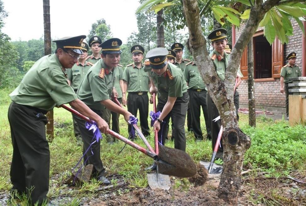 Các đại biểu trồng cây lưu niệm. Ảnh: M.T