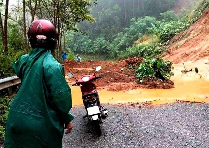 Nhiều tuyến đường lên huyện Nam Giang bị sạt lở. Ảnh: V.A