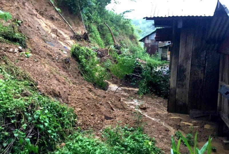 Sạt lở đất đe dọa nhiều ngôi nhà của đồng bào vùng cao. Ảnh: Đ.N