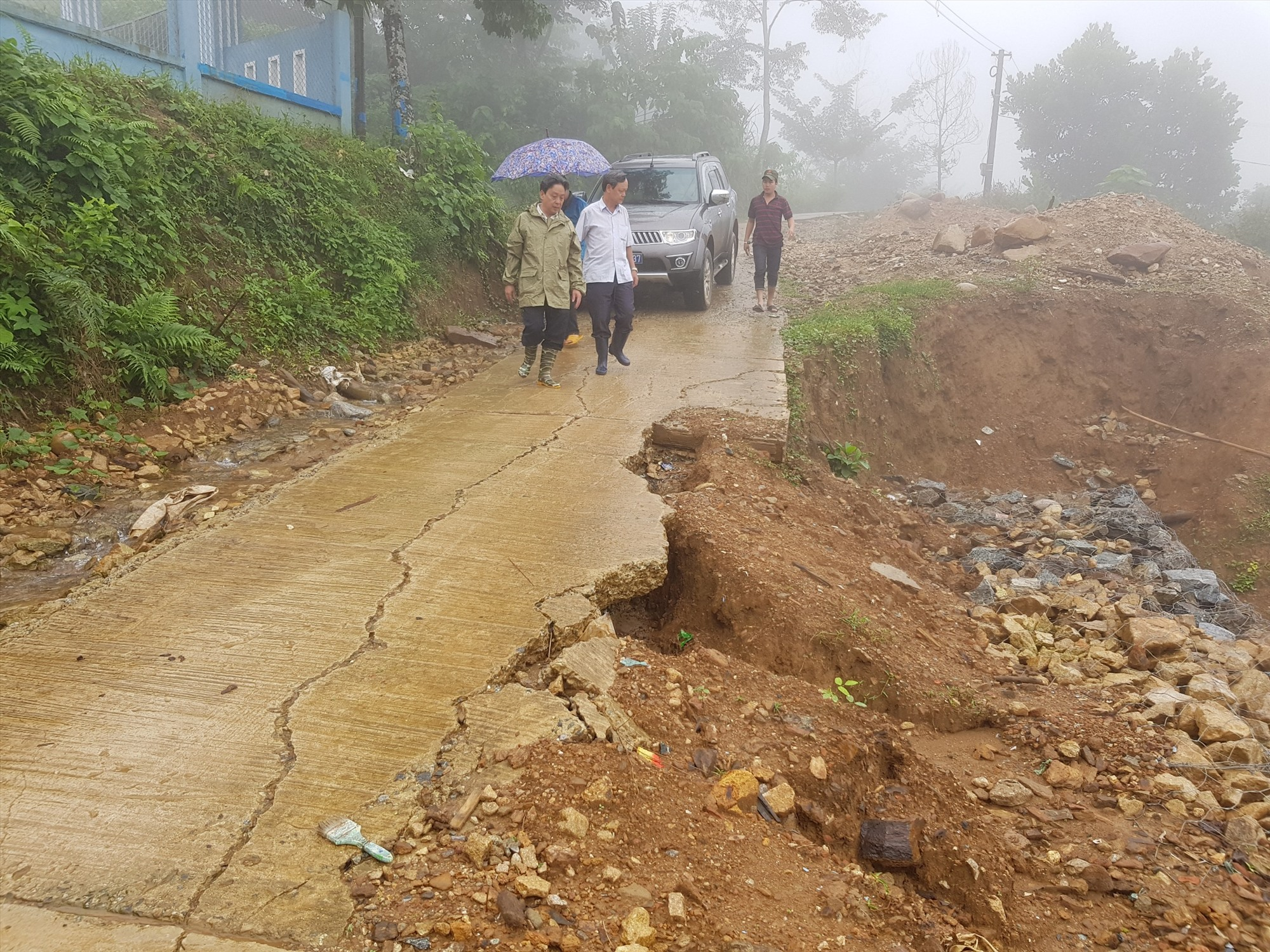 Hàng loạt vị trí sạt lở xuất hiện sau đợt mưa lớn ở Nam Trà My. Ảnh: H.T