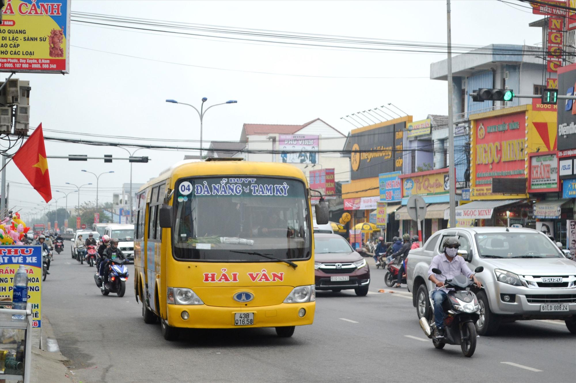 Xe buýt liên tỉnh liền kề Quảng Nam-Đà Nẵng và ngược lại không chỉ đơn thuần giải quyết nhu cầu đi lại của nhân dân. Ảnh: CT