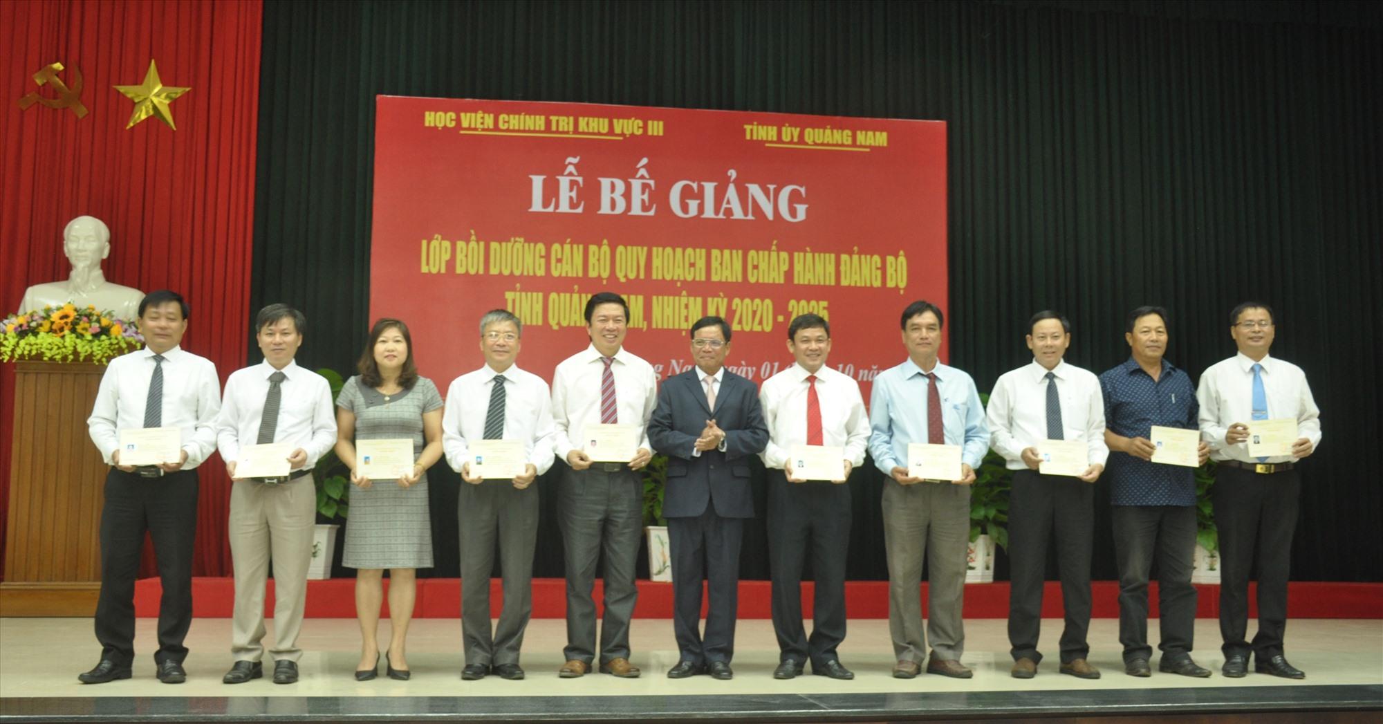 Lãnh đạo Học viện Chính trị khu vực III Đà Nẵng trao chứng nhận cho học viên hoàn thành khóa bồi dưỡng cán bộ quy hoạch Ban Chấp hành Đảng bộ tỉnh nhiệm kỳ 2020 - 2025. Ảnh: N.Đ